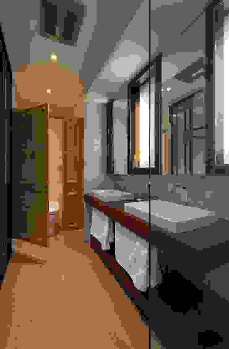 主臥衞浴空間 現代浴室設計點子、靈感&圖片 根據 敘述室內裝修設計有限公司 現代風