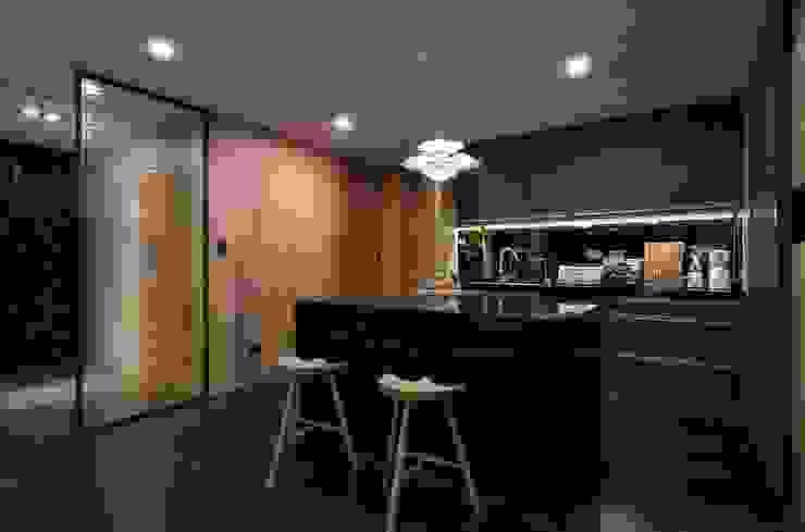 新北市 H宅 現代廚房設計點子、靈感&圖片 根據 敘述室內裝修設計有限公司 現代風