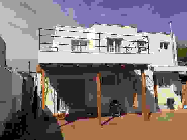 Fachada posterior con terraza de Arqsol Moderno