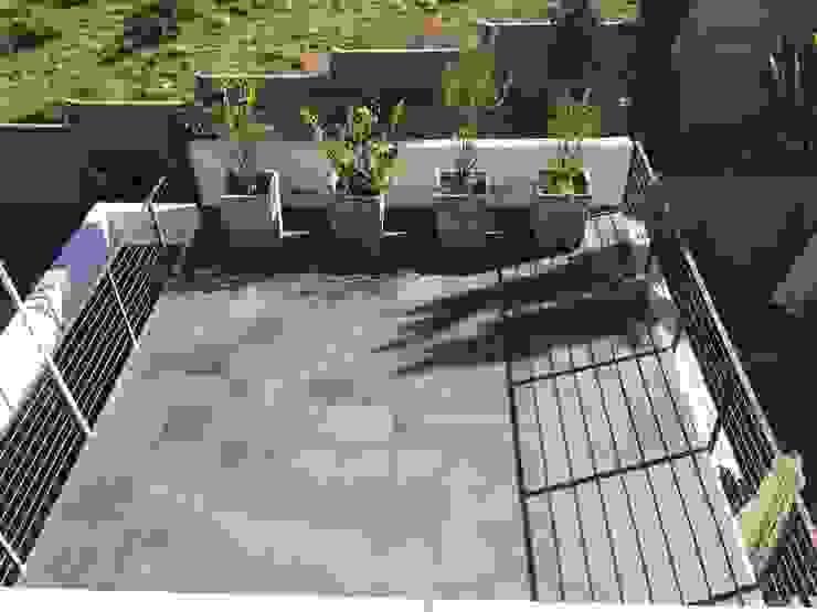 Terraza con jardinera Balcones y terrazas de estilo moderno de Arqsol Moderno