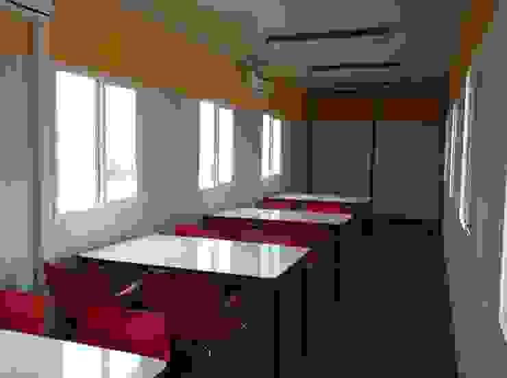 Mesas dispuestas en líneas para acoger por turnos al personal:  de estilo industrial por Arqsol, Industrial