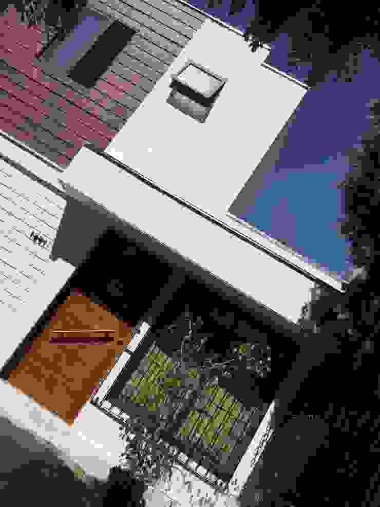 Puerta de acceso con protección de Arqsol Moderno