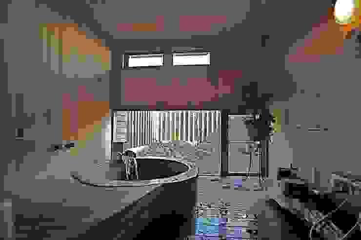 Asian style bathrooms by 株式会社高野設計工房 Asian