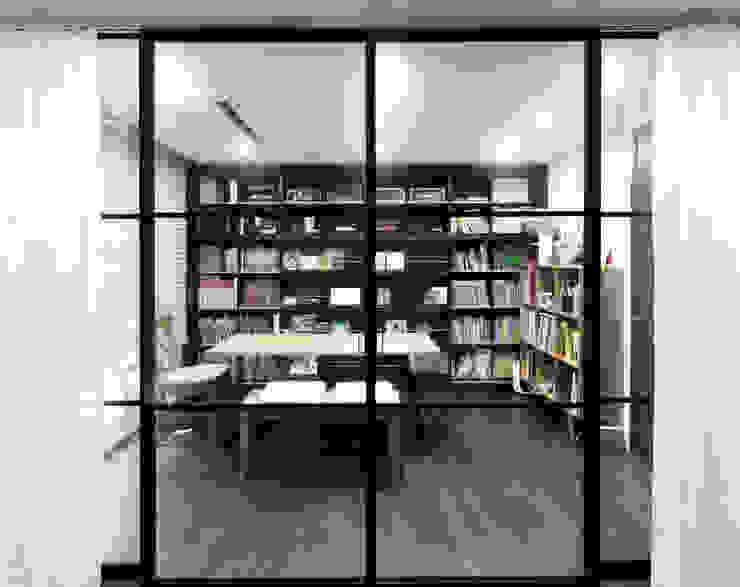 Oficinas de estilo moderno de WITHJIS(위드지스) Moderno Aluminio/Cinc