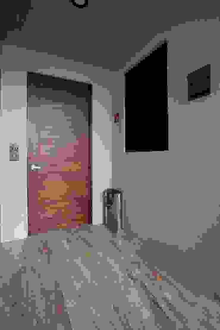 Modern Corridor, Hallway and Staircase by PHia Modern
