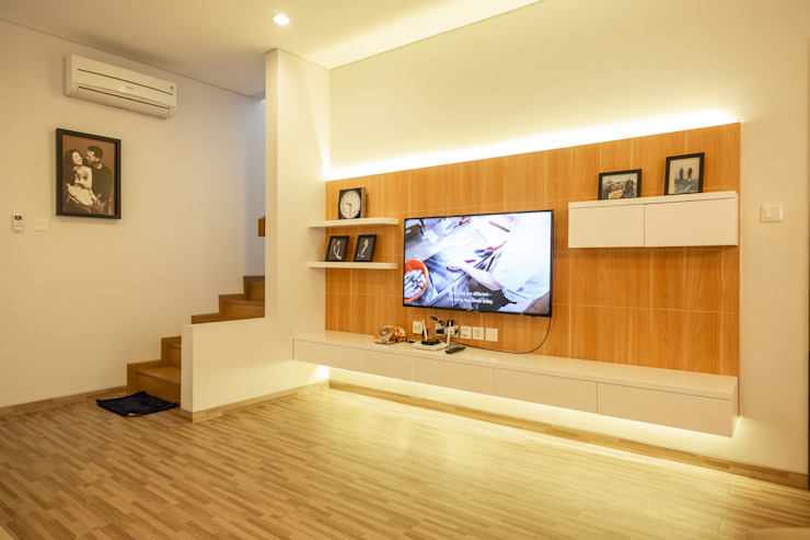 Ruang Keluarga:  Living room by FIANO INTERIOR