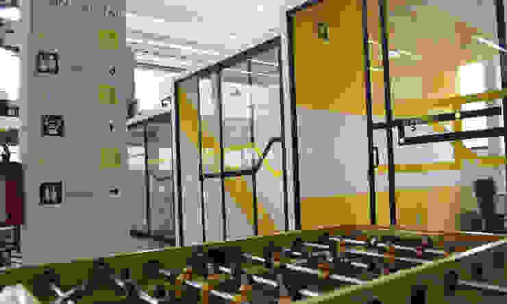 Mesa de futbolito para oficina coworking: Estudios y oficinas de estilo  por Estudio Raya,