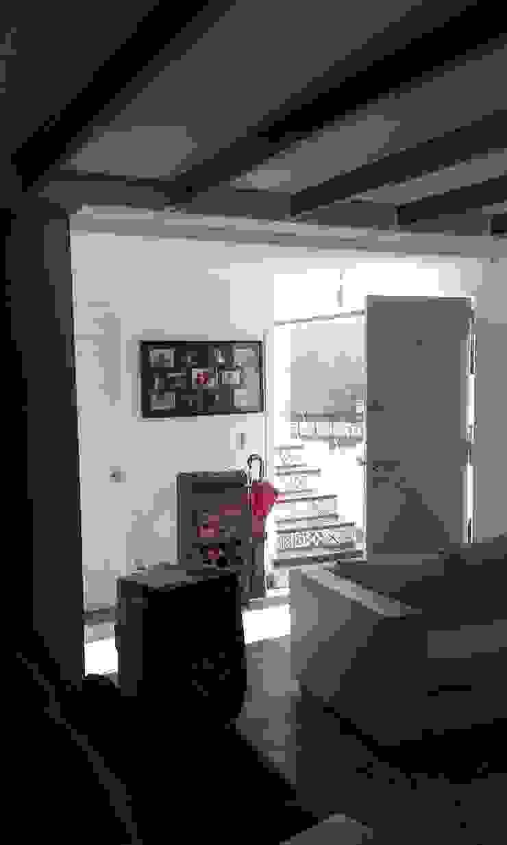 Interior nuevo DIEGO ALARCÓN & MANUEL RUBIO ARQUITECTOS LIMITADA Pasillos, vestíbulos y escaleras modernos