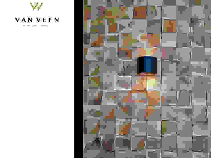 HARDHOUTEN WANDPANEEL MET WANDSPOT Moderne woonkamers van VAN VEEN INTERIOR DESIGN Modern Hout Hout