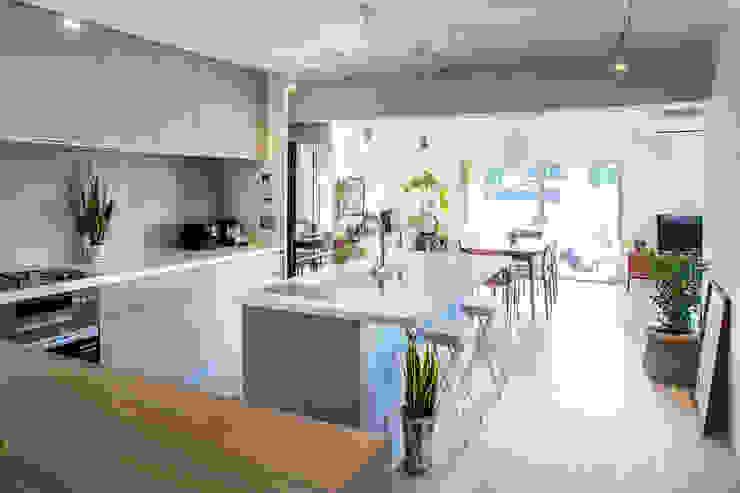 Nhà bếp phong cách mộc mạc bởi <DISPENSER>architects 小野修 一級建築士事務所 Mộc mạc Bê tông
