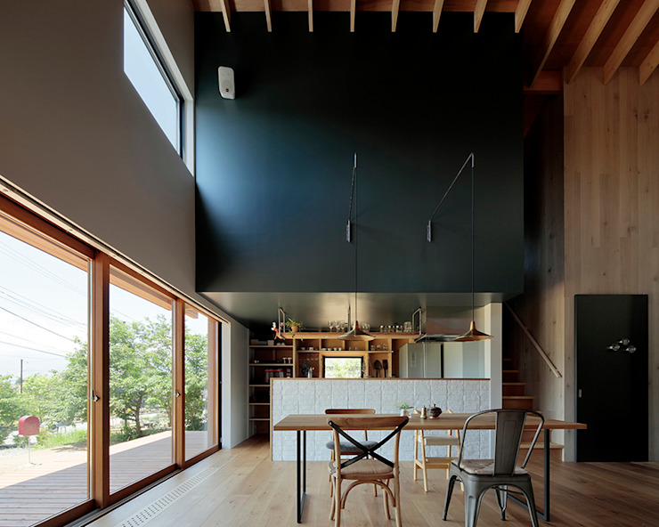 Industrial style dining room by 稲山貴則 建築設計事務所 Industrial Solid Wood Multicolored