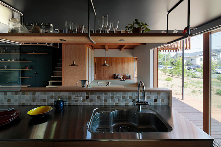 Industrial style kitchen by 稲山貴則 建築設計事務所 Industrial Tiles