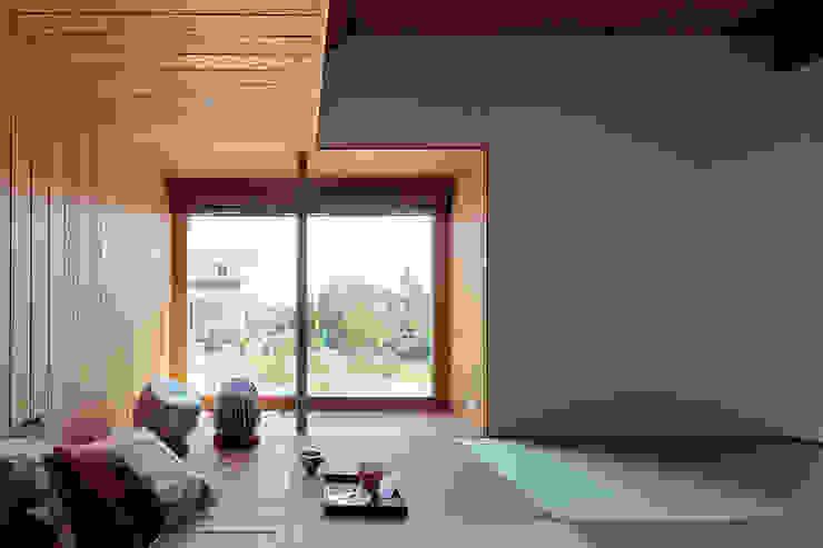 by 稲山貴則 建築設計事務所 Industrial Wood Wood effect