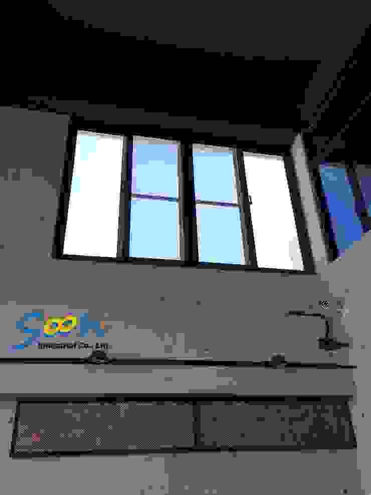 考慮到開窗的便利性,以及日後下方空間將會擺放展示藝品,沒有放置梯子的空間,因此決定安裝橫拉窗專用的電動開窗器 根據 Soon Industrial Co., Ltd. 現代風 金屬