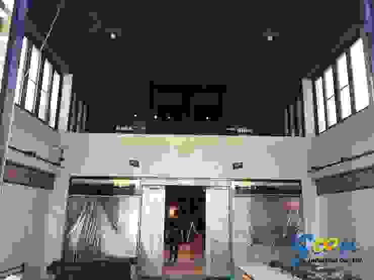 一樓特別作了挑高約 4.5 米的設計,下方兩側保有滿滿的展示架空間,而上方則安裝了 1 米 5 高的橫拉窗,豪邁的引入高雄熱情陽光,同時也能做大面積的通風。 根據 Soon Industrial Co., Ltd. 現代風 金屬