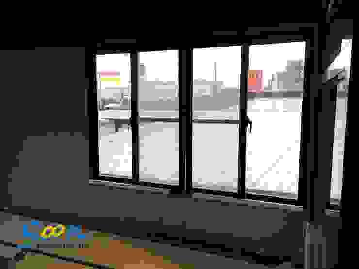 KST-SL01 橫拉窗電動開窗器將所有機構皆內藏在管組內,外觀採用雪白粉體烤漆,簡潔的設計與業主工業風的裝潢風格相輔相成。 根據 Soon Industrial Co., Ltd. 現代風 金屬