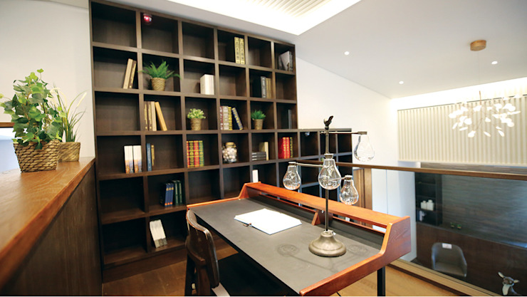 2F - 가족룸과 개인 공간 Family Room 모던스타일 서재 / 사무실 by 더존하우징 모던