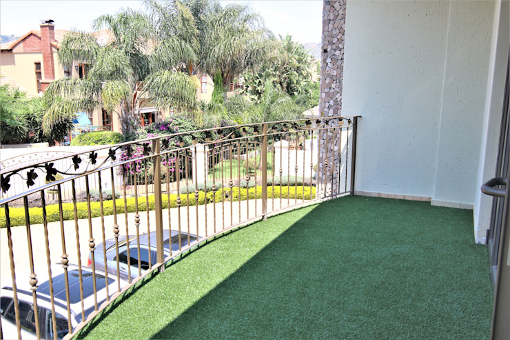 Balcony with Artificial Grass Motama Interiors and Exteriors Modern balcony, veranda & terrace
