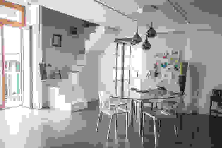 CASA M+V formatoa3 Studio Sala da pranzo in stile industriale