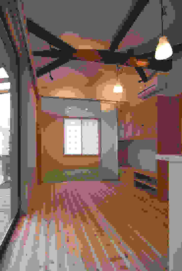 Minimalist living room by 原 空間工作所 HARA Urban Space Factory Minimalist Wood Wood effect