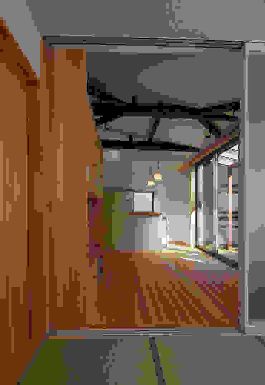 Minimalist living room by 原 空間工作所 HARA Urban Space Factory Minimalist