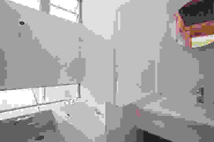 Baños de estilo moderno de 原 空間工作所 HARA Urban Space Factory Moderno Azulejos