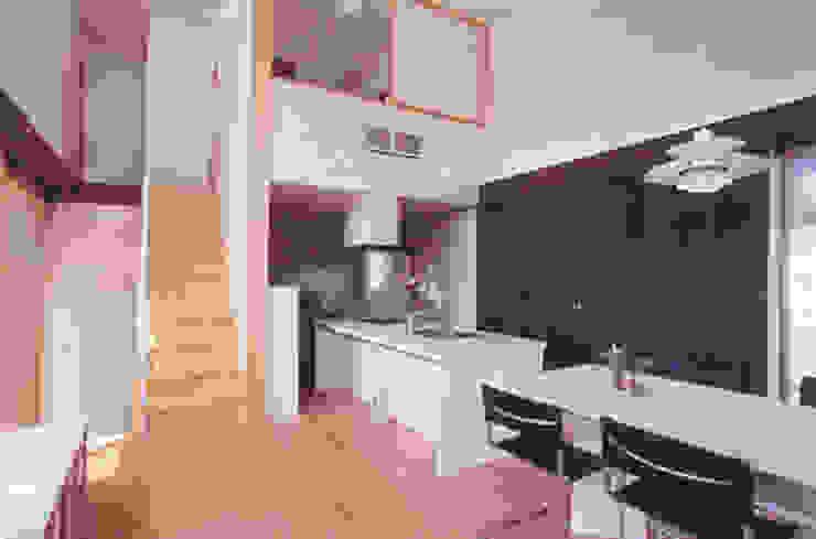 de 原 空間工作所 HARA Urban Space Factory Moderno Madera Acabado en madera