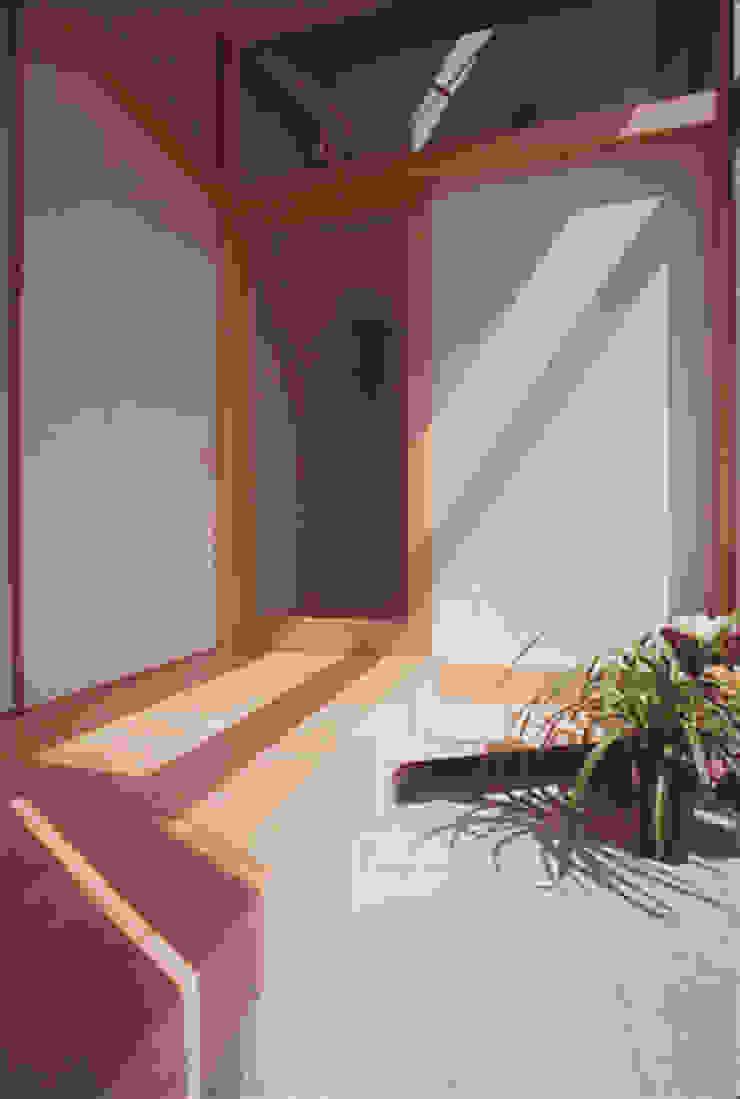 Pasillos, vestíbulos y escaleras modernos de 原 空間工作所 HARA Urban Space Factory Moderno Madera Acabado en madera
