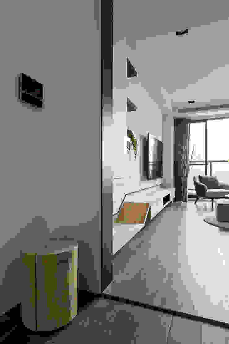 【家】– 李宅 現代風玄關、走廊與階梯 根據 六木設計 現代風