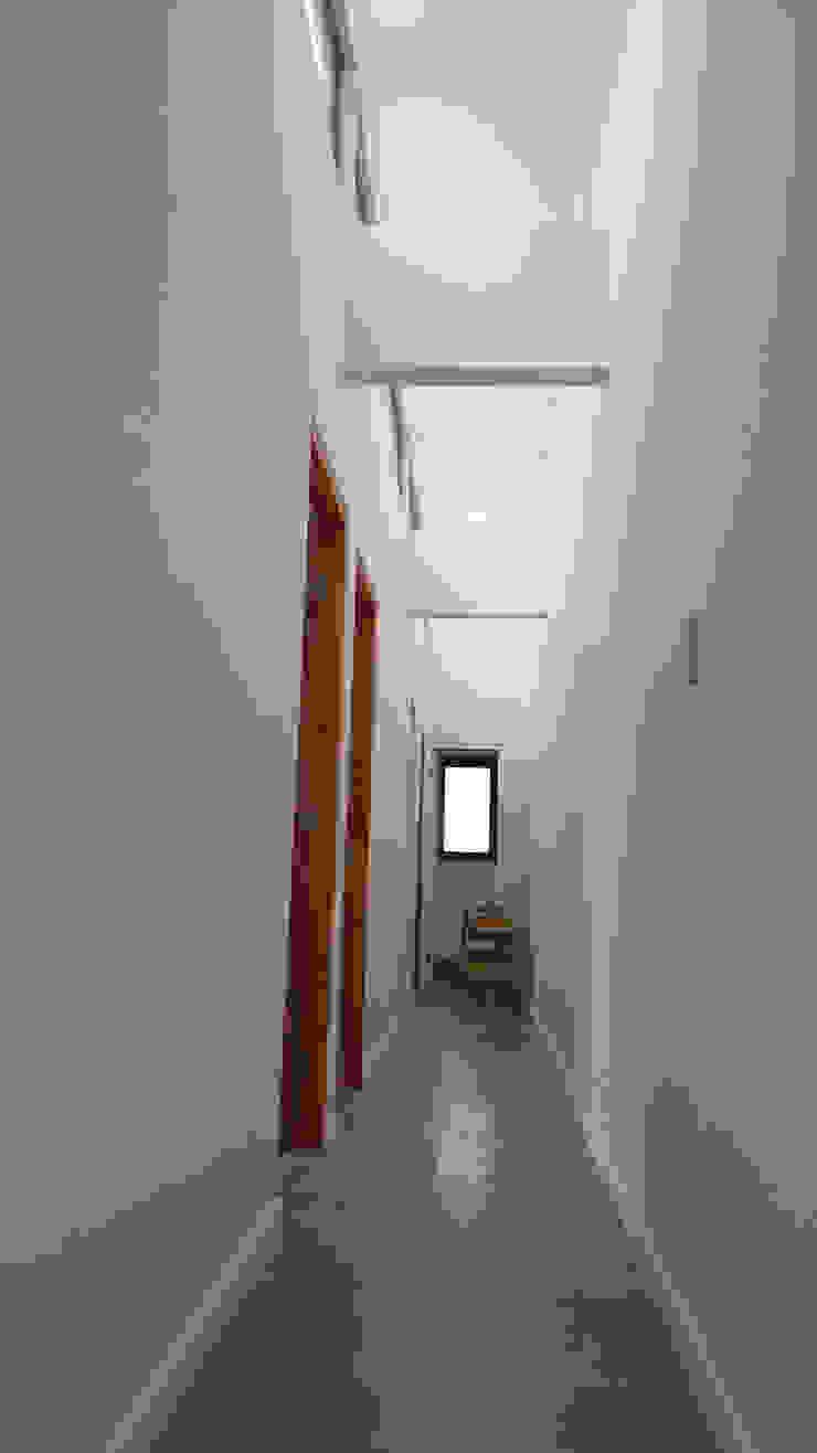Ingresso, Corridoio & Scale in stile moderno di Lau Arquitectos Moderno