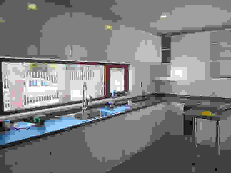 Casa Lomas De Montemar: Muebles de cocinas de estilo  por Lau Arquitectos, Moderno