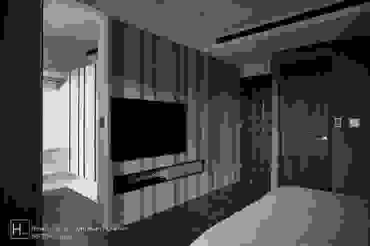 現代都會雅痞風的單身男性公寓 现代客厅設計點子、靈感 & 圖片 根據 SECONDstudio 現代風 實木 Multicolored