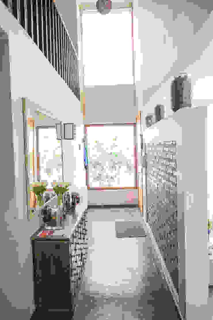 Pasillos, vestíbulos y escaleras de estilo mediterráneo de Arqbau Ltda. Mediterráneo