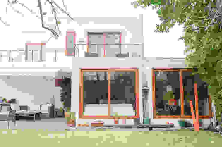 Casas unifamiliares de estilo  por Arqbau Ltda., Mediterráneo