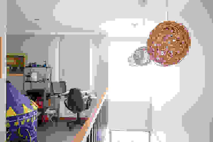 Estudios y despachos de estilo mediterráneo de Arqbau Ltda. Mediterráneo