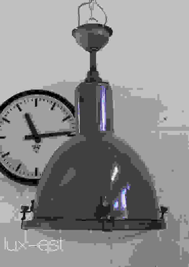 Lux-Est Ruang Komersial Gaya Industrial Metal Blue