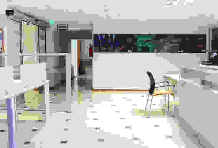 Moderne Bürogebäude von Triad Group Modern Holz-Kunststoff-Verbund