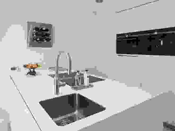 Muebles de cocinas de estilo  por Motion Gietvloeren , Moderno Plástico