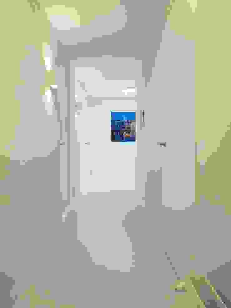 Koridor & Tangga Modern Oleh Motion Gietvloeren Modern Plastik