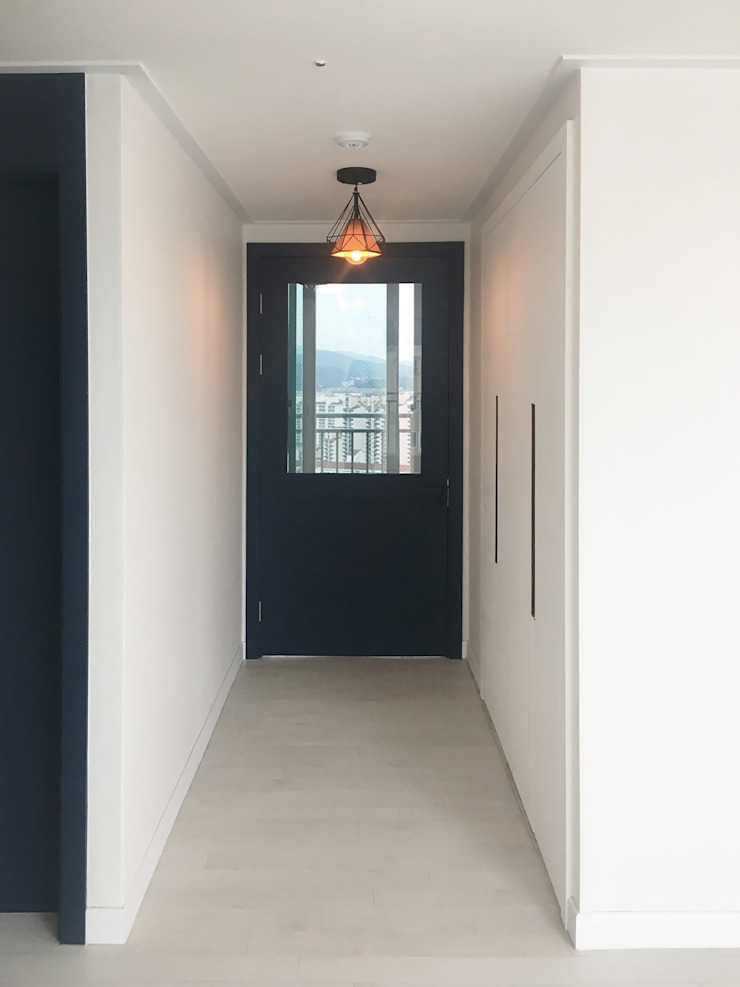 Modern Corridor, Hallway and Staircase by 그리다집 Modern