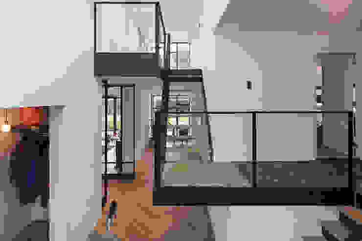 Pasillos, vestíbulos y escaleras de estilo moderno de Richèl Lubbers Architecten Moderno