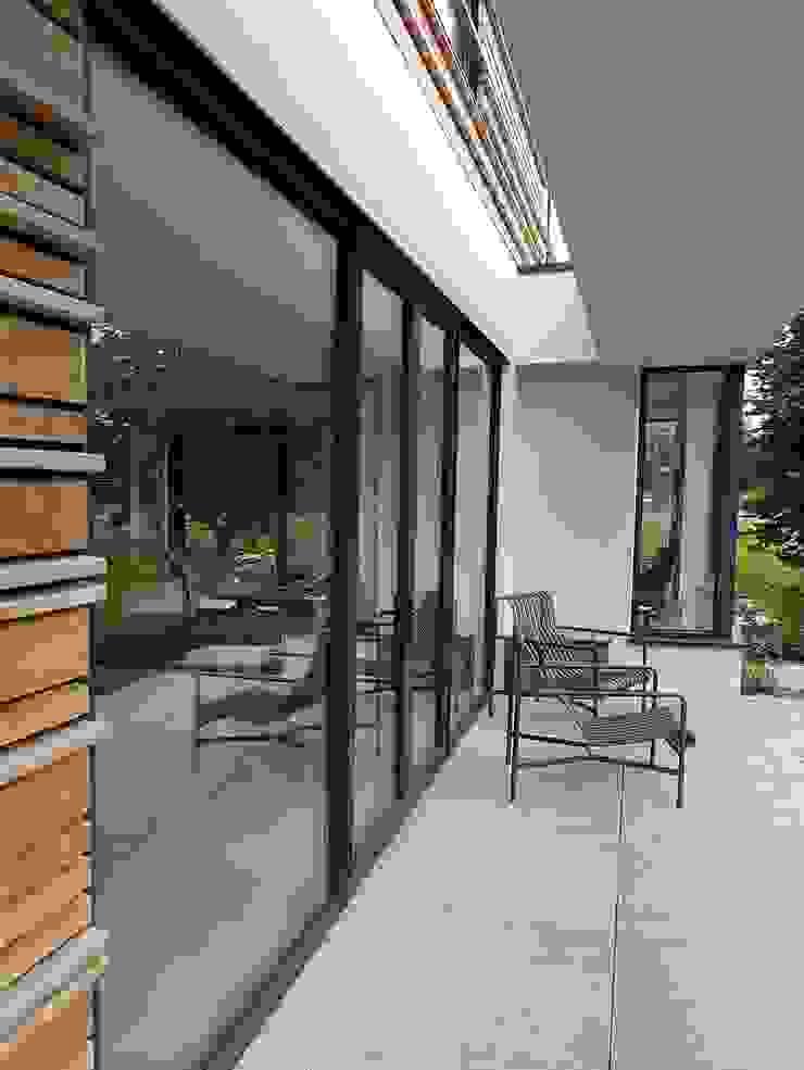 Balcones y terrazas de estilo moderno de Richèl Lubbers Architecten Moderno