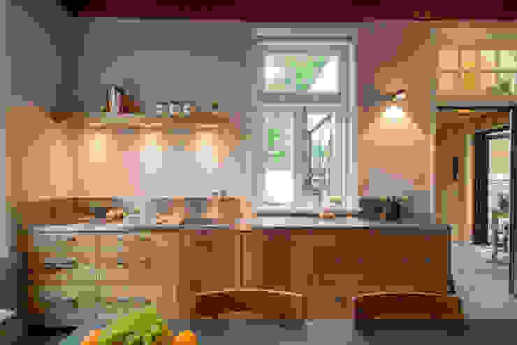 Tuinhuis atelier Moderne keukens van Richèl Lubbers Architecten Modern