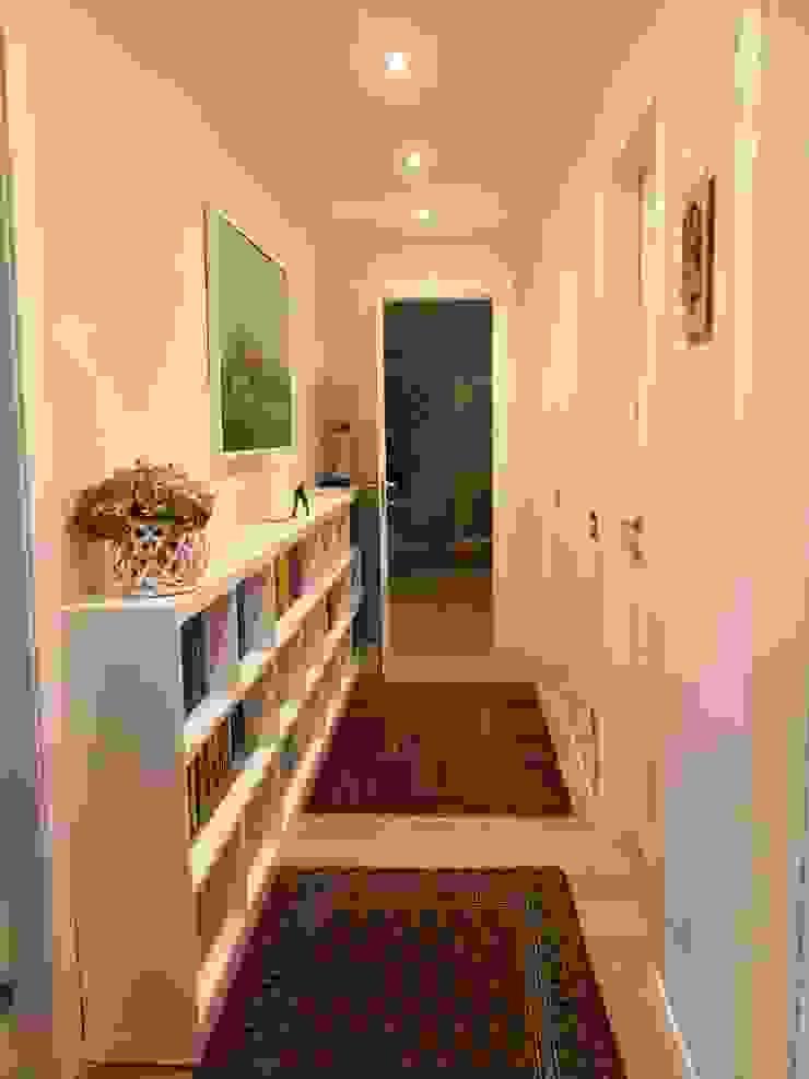 ALMA DESIGN Pasillos, vestíbulos y escaleras de estilo clásico