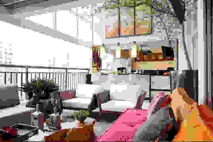 INSIDE ARQUITETURA E DESIGN Balcone, Veranda & Terrazza in stile classico Vetro Variopinto