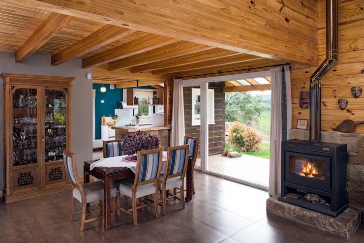 Rustic style dining room by Patagonia Log Homes - Arquitectos - Neuquén Rustic Solid Wood Multicolored
