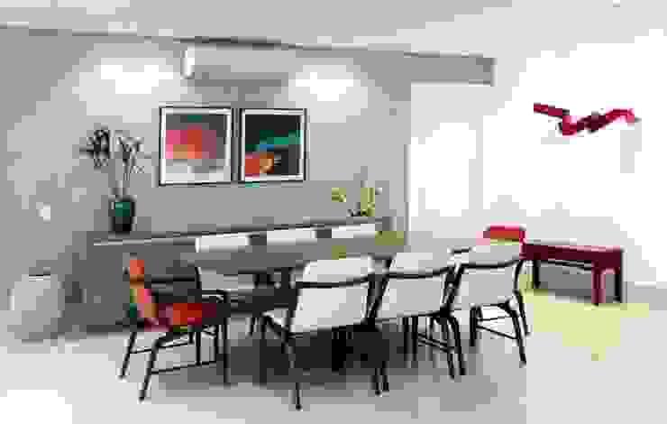 SALA DE JANTAR CONTEMPORÂNEA E ACONCHEGANTE Adriana Scartaris: Design e Interiores em São Paulo Salas de jantar modernas Madeira Cinza