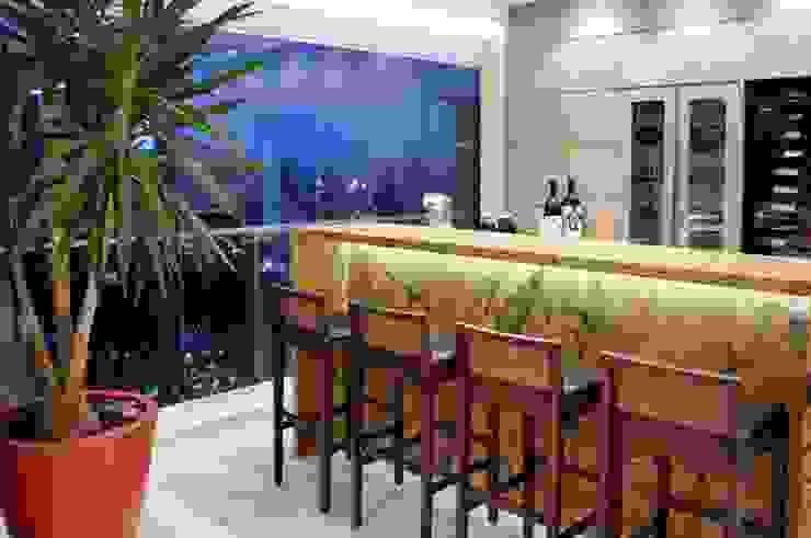 ห้องเก็บไวน์ โดย Adriana Scartaris: Design e Interiores em São Paulo,