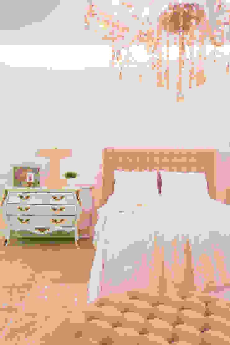 Classic style bedroom by Livia Martins Arquitetura e Interiores Classic