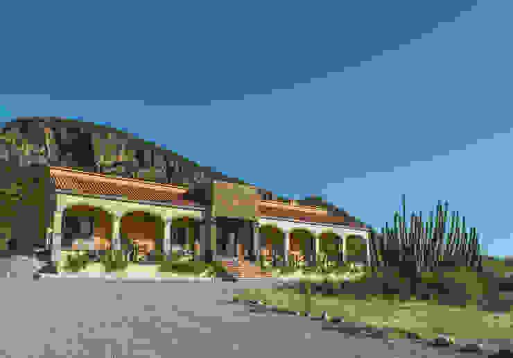 Pitahaya, hacienda y montaña. de homify Rural Piedra